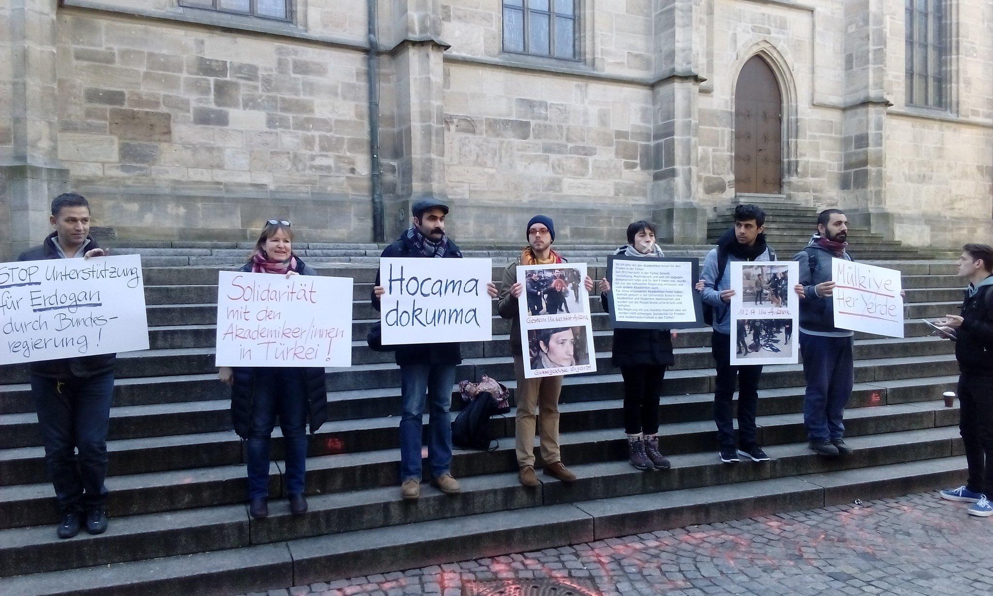 Solidarität mit AkademikerInnen in der Türkei / Spontankundgebung in Tübingen
