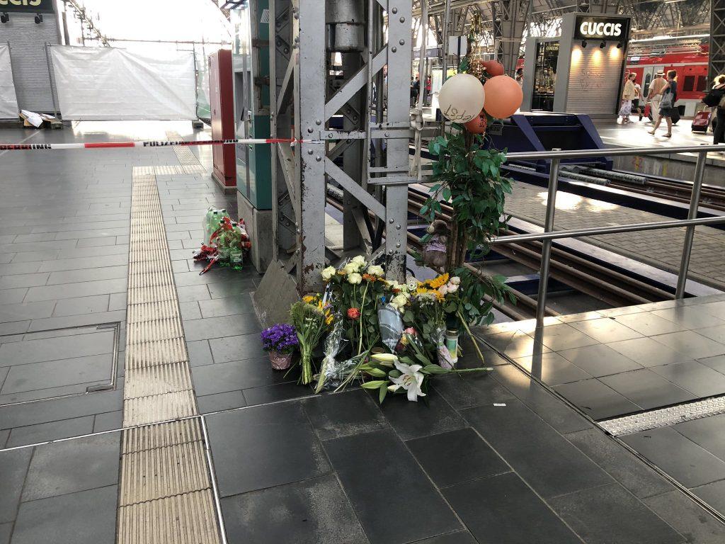 Foto von Trauerblumen am Hauptbahnhof in Frankfurt